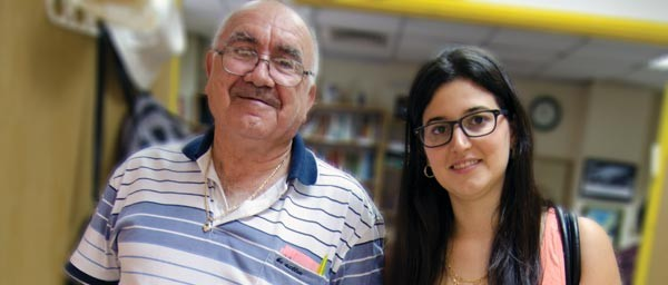 Eliahyu visits with with Nachumi, a volunteer at AMCHA in Tel Aviv which receives a grant from the Claims Conference.