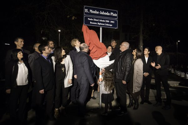 Moshe Jahoda's family unveiling the memorial plaque of the newly named Moshe Jahoda Square in Vienna, Austria. Photo: Anna Rauchenberger